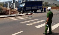Clip xe tải tông xe 4 chỗ bẹp dúm rồi, hạ gục cột điện ở TP.Long Khánh