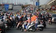 TPHCM: Khu vực trạm thu phí xa lộ Hà Nội kẹt cứng ngày đầu thu phí
