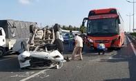 Xe 7 chỗ va chạm xe giường nằm rồi lật ngửa trên cao tốc, nhiều người thoát chết