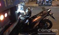 Xe máy biến dạng sau cú húc đuôi container, thanh niên nguy kịch