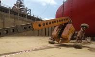 Xe nâng đưa công nhân lên sơn tàu bị lật, 2 người tử vong