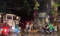 Xe tải ủi tung mái hiên nhà dân ở TP.Biên Hòa