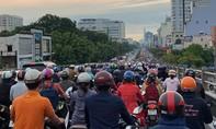 Mưa sáng sớm, người Sài Gòn chịu cảnh đường ngập, cây ngã, kẹt xe