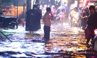 """Mưa """"trắng trời"""", đường sá nhiều nơi ở Sài Gòn như sông"""