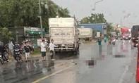 Xe tải lao sang làn đường ngược lại tông 2 xe máy, 2 người tử vong