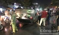 Ô tô lật ngửa trong cơn mưa, nhiều người thoát chết