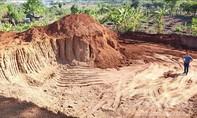 """Vụ """"trộm"""" đất làm đường: Giao công an xác minh các xe chở đất"""