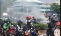 Xế hộp BMW bốc khói ngùn ngụt trên đại lộ ở Sài Gòn
