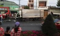 Xe tải tông đuôi xe khách đậu ven đường, 2 người tử vong
