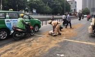 Dầu nhớt đổ ra đường sau tai nạn, CSGT TPHCM đổ cát, dọn sạch