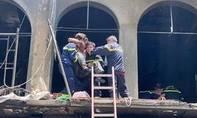 Cháy lớn chung cư cũ đang sửa chữa ở Sài Gòn, nhiều người được cứu
