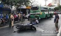 Thương tâm cảnh cha ôm thi thể con bị xe buýt cán tử vong, trên đường đi học