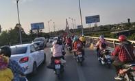 Tiền Giang: Hàng ngàn ô tô, xe máy rồng rắn chen chúc qua cầu Rạch Miễu