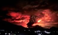 Clip trạm xăng bốc cháy dữ dội, 'nhuộm đỏ' bầu trời thủ đô Afghanistan