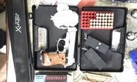Thu giữ 1 khẩu súng và 42 viên đạn trong căn nhà chứa đầy hàng lậu