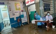 TPHCM: Mưa lớn gây ngập bệnh viện, bác sĩ đi ủng, mặc áo mưa khám bệnh