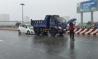 Hai vụ tai nạn liên tiếp trên cầu Bình Lợi ở Sài Gòn trong cơn mưa lớn