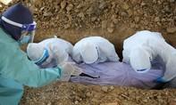 """Phu mộ ở Malaysia """"căng mình"""" chôn cất tử thi bệnh nhân Covid-19"""