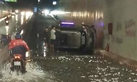 Đồng Nai: Ô tô lật trong hầm chui ngập lênh láng nước tại ngã tư Tân Phong