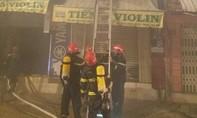 Cảnh sát PCCC ở TPHCM cứu 4 người từ đám cháy trong đêm
