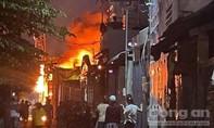 Cháy lớn tại xưởng sản xuất ghế sofa ở Sài Gòn, Cảnh sát đập tường để dập lửa