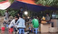Trà đá vỉa hè nhiều nơi ở Hà Nội vẫn xôm tụ, bất chấp lệnh cấm