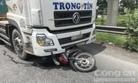 Xe container kéo lê xe máy ở Sài Gòn, một thanh niên tử vong