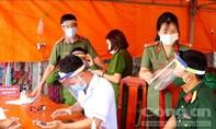 Làm mũ chống giọt bắn tặng lực lượng Công an tuyến đầu chống dịch
