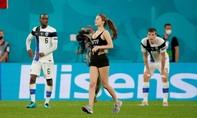 Nữ cổ động viên 'bốc lửa' chạy vào sân trong trận Bỉ - Phần Lan