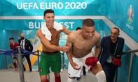 Ronaldo vui vẻ đổi áo với Mbappe trong đường hầm sân vận động