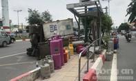 Xe tải chở gas lật nhào, văng vào trạm xe buýt ở Sài Gòn