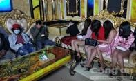 Đà Lạt: Hơn 40 người tụ tập hát hò trong 2 quán karaoke, cố thủ khi bị kiểm tra