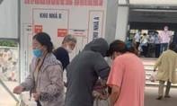 Người phụ nữ sinh bé gái tại sân bệnh viện khi đang khai báo y tế chống dịch