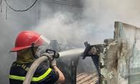 Cảnh sát PCCC vừa dập thành công đám cháy lớn nhà dân ở Sài Gòn