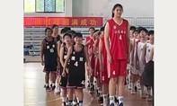 Nữ vận động viên bóng rổ nhí 14 tuổi cao 2,27 m