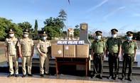 Tặng trang bị y tế cho Công an các địa phương Campuchia vùng giáp ranh