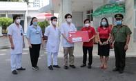 Trao gần 1 tỷ đồng hỗ trợ các bệnh viện tuyến đầu