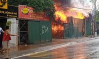 """Chủ xưởng bật khóc nhìn cháy lớn thiêu rụi tài sản, nhiều ôtô bị """"mắc kẹt"""""""