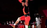 Đô cử Trung Quốc đứng một chân khi nâng tạ, phá kỷ lục Olympic