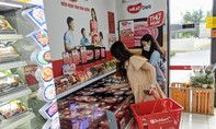 Chị em nội trợ TPHCM mua thịt heo sạch MEATDeli tại hệ thống VinMart+