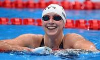 Nữ vận động viên bơi lội dùng một chân đạp nước về nhất