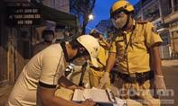 TPHCM: Công an quận 11 tuần tra, phạt nghiêm người ra đường sau 18 giờ