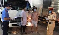 Tây Ninh: Dán tem niêm phong cửa xe vào KCN để tài xế không tiếp xúc với ai