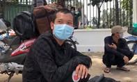Đi ké xe rau từ Thanh Hóa vào TPHCM thăm vợ, mếu máo vì không được qua chốt