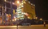 TPHCM: Tiếp nhận, đưa 18 thuyền viên tàu biển bị chìm đi cách ly y tế
