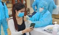 Người dân ở TPHCM xếp hàng chờ đến lượt tiêm vắc xin Sinopharm
