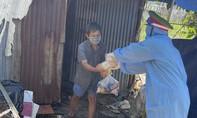Tuổi trẻ Công an TPHCM: Đưa gạo và rau củ đến từng nhà trọ