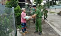 Công an tỉnh Long An tặng gạo đến tận nhà hỗ trợ người dân