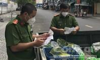 Xúc động hình ảnh Công an phường đi chợ, tiếp ứng thực phẩm tận nhà cho người dân
