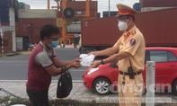 CSGT TPHCM hỗ trợ người đàn ông đi bộ từ Quy Nhơn vào Bình Dương